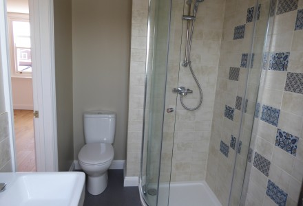 En-suite fully tiled